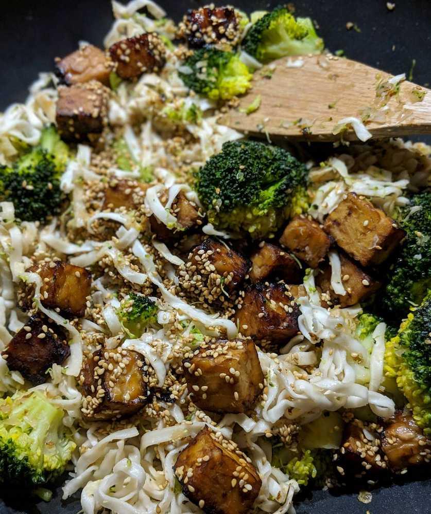 Bami Goreng vegan veggie mit Tempeh erbse pseudoerbse rezept asiatisch Brokkoli Nudeln Wok (1)
